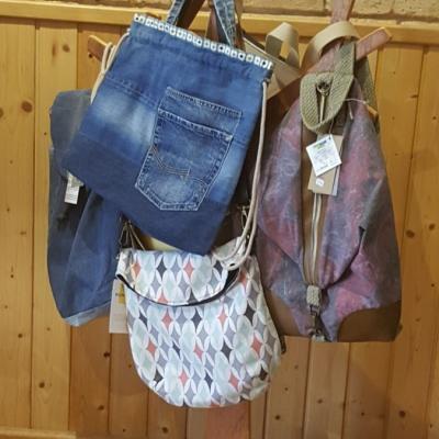 Motxilles i bosses amb teixits reciclats